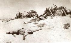 Legionarios muertos en Edchera, Sahara. Algunos dicen que esta fotografía es un fotomontaje falso. HISTORIA Y PRESENTE: EL PROTECTORADO ESPAÑOL EN MARRUECOS, 1906-1956. MEDIO SIGLO DE SANGRE INÚTIL (9ª Parte)
