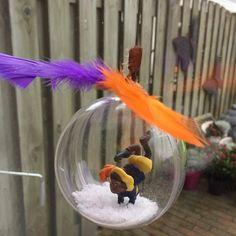 DIY raamdecoratie Sint en Piet Snow Globes, Diys, December, Home Decor, Writing Paper, Homemade Home Decor, Bricolage, Do It Yourself, Decoration Home