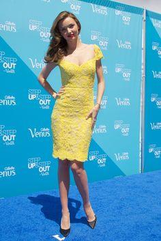Miranda Kerr de  Reem Acra. MIRANDA KERR  Con este Reem Acra de encaje amarillo Miranda Kerr demostró lo bien que le sienta el yoga a este ángel de Victoria's Secret.