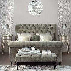yatak odasında gümüş mobilyalar