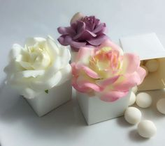 Favour box with flower head