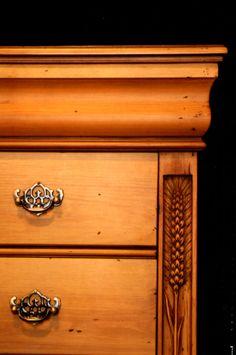 Este ya es antiguo , uno de mis primeros muebles , una comoda en madera de pino , me quedo muy señorial ¡¡¡