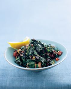 Greens and garlic make a great pair, especially when cooked in a little oil. This versatile master recipe works for any type of tender green. Cooking time will vary according to how young and small the greens are, so tas Steamed Spinach, Swiss Chard Recipes, Vegan Vegetarian, Vegetarian Recipes, Healthy Recipes, Free Recipes, Healthy Snacks, Paleo, Recipes