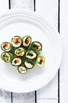 Ogórkowe ruloniki z hummusem - sposób na pyszną i lekką przekąskę Vegetarian Recipes, Cooking Recipes, Vegan Snacks, Vegan Food, Avocado Egg, Spring Rolls, Light Recipes, Hummus, Healthy Lifestyle