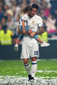 James Rodriguez and his daughter Salome Rodriguez celebrate during. James Rodriquez, James Rodriguez Colombia, Champions League, Uefa Champions, Best Football Players, Soccer Players, James 10, Equipe Real Madrid, Ronaldo Real Madrid