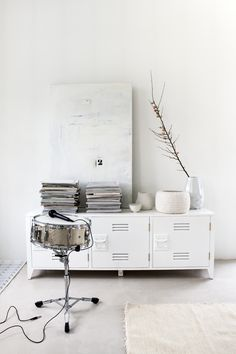 Styling Marianne Luning | Photographer Anna de Leeuw | vtwonen april 2014 #vtwonen #magazine #interior #colour #inspiration #white #carpet #locker #books #drums