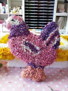Kip met bloemen bekleed.
