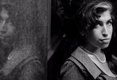 Sie wurde nur 27 Jahre alt ... heute am 23. Juli 2015 jährt sich der Todestag von Amy Winehouse zum vierten Mal. Für uns bleibt die Sängerin mit ihrem Soulqueen-Talent, ihre grandiosen Songs und ihren legendären Lidstrich einfach unvergesslich