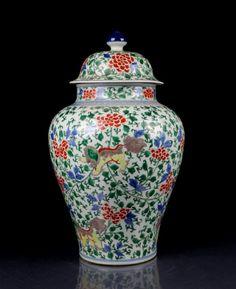 A Top Grade Chinese Ming Wu Cai Porcelain Cover Jar. Ming Dynasty Period Porcelain Cover Jar, Size: H*D 51*30cm.