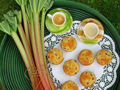 Rezept für saftige Rhabarbermuffins. Durch den säuerlichen Geschmack des Rhabarbers sind sie nicht zu süß und noch dazu ganz flott und unkompliziert.