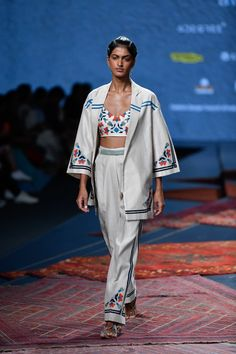 Ikai by Ragini Ahuja at Lotus Make-Up India Fashion Week spring/summer 2020 Haute Couture Trends, Couture Week, Street Style India, Street Style Trends, Indian Inspired Fashion, Indian Fashion, India Fashion Week, Lakme Fashion Week, Ethnic Trends