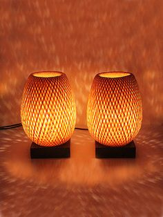 Lampes de chevet en bambou. Two eco -design bamboo lamps     Vietnamese Handicrafts     - Height 20 cm  - Diameter 15 cm  - Lampshade woven bamboo  - Lacquered wooden base  - Electrical cable: 190 cm  - Light intensity dimmer     With the dimmer , you adjust     the light according to need and     make energy savings.  - Original Bulb included     Recommended bulb :     LED E27 transparent     Luminous flux: 600 lm    Power: 8.6 W