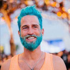 A nova tendência entre os meninos é tingir a barba e o cabelo com cores que lembram o mar - vem ver mais aqui!
