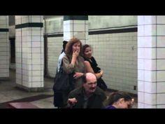 Almoçou no chão do metrô para mostrar a eficiência de um aspirador +http://brml.co/143m0QF