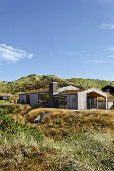Sommerhuset putter sig fint i klitlandskabet ved Vesterhavet og matcher den fine natur.