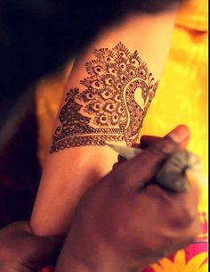 Hi Everyone, Henna says a LOT about you ! Indian Mehndi Ceremony is usually held a day before the wedding, involving celebrations. Modern Henna Designs, Beautiful Henna Designs, New Mehndi Designs, Henna Tattoo Designs, Henna Tatoos, Henna Mehndi, Henna Art, Tattoos, Mehndi Design Pictures