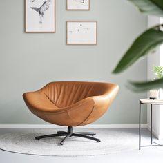 Maatwerk interieur met stalen nuances en veel groen. Een Label Gigi fauteuil in cognac leder op een rond Perletta vloerkleed in zuiver scheerwol van de allerhoogste kwaliteit creëren een perfecte plek om te ontspannen. Een heerlijke leeshoek ontstaat. Maatwerk in massief hout, interieur en design: www.houtmerk.nl