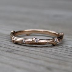 A real branch was cast in solid recycled gold to create this unique band. A celebration of our environment and a great alternative to a traditional