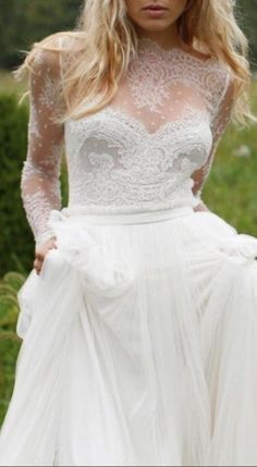 In love with this boho meets glamour long sleeved wedding dress. Perfect for a winter bride!
