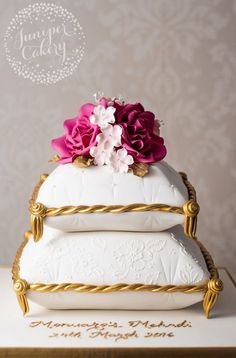 Chic and stylish cushion cake with pink roses by Juniper Cakery Alternative Wedding Cakes, Wedding Cake Alternatives, 3d Cake Tutorial, Pillow Cakes, 70th Birthday Cake, Traditional Cakes, Big Cakes, Take The Cake, Pretty Cakes