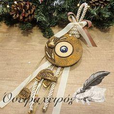 Εντυπωσιακό κεραμικό γούρι μάτι με περίτεχνο δέσιμο και κεραμικά στοιχεία Lucky Charm, Charms, Greek, Miniatures, Wall Decor, Clay, Ceramics, Christmas Ornaments, Holiday Decor