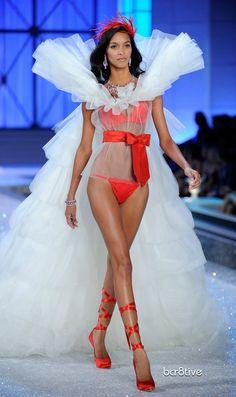 ♥ Victoria's Secret Angels Wings 2011 Fashion Show ♥ http://www.popsugar.de/Alle-Details-von-der-Victorias-Secret-Modenschau-mit-Miranda-Kerr-Orlando-Jay-Z-Kanye-und-Beyonc-20358460