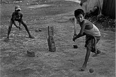 """""""Fallen Stars"""" Crianças jogam cricket no campo de tijolos onde trabalham Pelo fotógrafo bangladeshiano MD Shahnewaz Khan"""