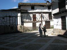 Cabezuela del Valle es Conjunto Histórico por lo cuidada y conservada que está su judería. Esta coqueta placita junto a la iglesia de San Miguel Arcángel es uno de sus rincones más bonitos.