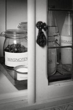 Het huishouden van oma | Kiind Magazine  Maak je eigen wasmiddel! Cleaners Homemade, Housewife, Housekeeping, Body Care, Life Hacks, Household, Nice Ideas, Cleaning, Organization