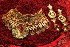 India is a land of rich and varied cultures. Mahadev Gold & Diamonds captures the essence of these varied and lavish Indian traditions and the jewellery specifi Indian Wedding Jewelry, Indian Jewelry, Bridal Jewelry, Diamond Jewelry, Gold Jewelry, Jewelry Necklaces, Antique Jewelry, Antique Necklace, Diamond Necklaces