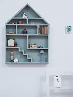 Une étagère dans l'esprit de la maison