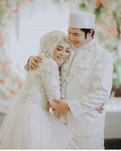 black and white gothic wedding dresses Hijabi Wedding, Muslimah Wedding Dress, Muslim Wedding Dresses, Wedding Dress Trends, Colored Wedding Dresses, Dream Wedding Dresses, Wedding Photography Poses, Wedding Poses, Wedding Photoshoot