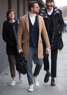 キャメルのコート、紺ジャケ、白タートルに合わせたグレーのイージーパンツが、クラシックなアイテムの雰囲気を上手く拾いつつリラックス感も抜群。これは使えますね。 ※22 Nov. 2016 at Massi Ninni Snap LEONでもっと見る!