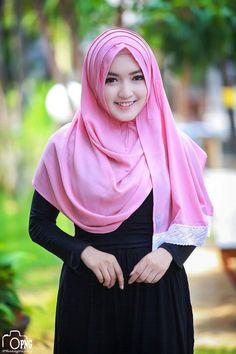 Pin Image by Bunda Hijaber Beautiful Hijab Girl, Beautiful Muslim Women, Beautiful Smile, Arab Girls Hijab, Muslim Girls, Hijabi Girl, Girl Hijab, Muslim Women Fashion, Womens Fashion