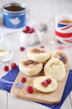 Les muffins anglais sont des petits pains ronds d'origine anglaise (d'où le nom). Ils sont généralement servis au petit déjeuner en version sucrée ou salée