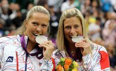 ÚSMĚV! České tenistky Lucie Hradecká (vlevo) a Andrea Hlaváčková pózují se stříbrnými medailemi pro druhý nejlepší pár olympijského turnaje.