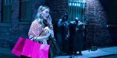 En una calle oscura, dos ladrones observan a una mujer rica