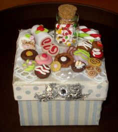 Scatolina con dolcetti natalizi sul coperchio.