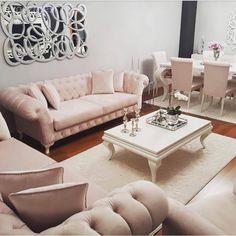 Havva hanım, renkleri konusunda kararsız kaldığı salonu için sizlerin fikirlerinizi de almıştı. Yumuşak tonların hakim olduğu bir alan isteyen ev sahibimiz, koltuklarının renginde de fuşyadan pudraya...