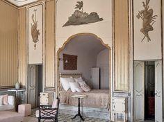 La Villa Valguarnera en Sicile La chambre blanche et or et son alcôve. Au siècle précédent, on y avait installé une salle de bains. Un canapé contemporain, des poufs, des fauteuils confortables sont autant d'invitations à prolonger la sieste.