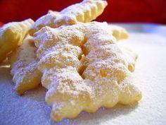Minciunele fragede Crostoli Romanian Desserts, Romanian Food, Crostoli Recipe, Baking Recipes, Cake Recipes, Yummy Treats, Yummy Food, Croatian Recipes, Bread Cake