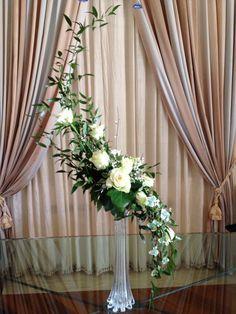 Vintage Flower Arrangements, Creative Flower Arrangements, Church Flower Arrangements, Beautiful Flower Arrangements, Floral Centerpieces, Beautiful Flowers, Hanging Wedding Decorations, Flower Decorations, Arreglos Ikebana