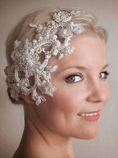 prachtvoller Haarschmuck mit weißen Perlen, Pailletten und Spitze