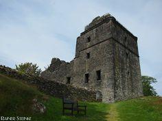 Ruine Carnasserie Castle in Schottland (GB).  Bei der Burgruine Carnasserie handelt es sich um ein Towerhouse aus dem 16. Jahrhundert daneben befindet sich eine Erhebung vermutlich von einem Vorgängerbau. Der Bauherr war einst der Kirchenmann John Carswell er war Rector of Kilmartin Chancellor of the Chapel Royal at Stirling und später trug er den Titel Bishop of the Isles.  Die Burg wurde im Stile einer mittelalterlichen Festung erbaut weist jedoch auch Merkmale der Renaissance auf. Das…