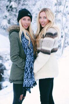 twins, best friends, snow, winter wonderland, photoshoot, photo inspo