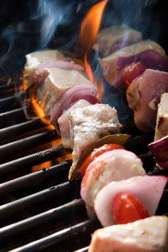 La #ricetta del giorno: souvlaki di pesce spada, pomodorini ciliegini e cipolla rossa. http://winedharma.com/it/dharmag/luglio-2014/souvlaki-di-pesce-spada-pomodorini-ciliegini-e-cipolla-rossa-cucina-greca