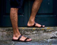 Estas sandalias son hechas a pedido. Por favor en contacto conmigo en caso de tener pies estrechos o ancho.  Cada par en los colores disponibles para personalizar o ponerse en contacto conmigo para más detalles.  Presentamos la nueva línea de sandalias de cuero de los hombres. Se fabrican con cuero de vaca gruesa lo que los hace muy fuertes.  TAMAÑOS  Tamaños a partir 40 EURO (masculino nos 7-7.5) a 45 euros (hombre nos 11,5-12).  Para ser precisos en el tamaño por favor haga lo siguiente…