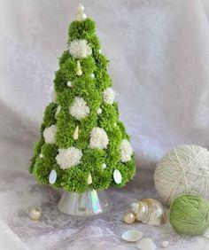 How to DIY Simple Pom Pom Christmas Tree - Information Christmas Pom Pom Crafts, Homemade Christmas Crafts, Handmade Christmas Decorations, Spring Crafts, Holiday Crafts, Pom Pom Tree, Pom Pom Wreath, Pom Poms, Pom Pom Flowers