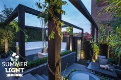 In de reeks SUMMER LIGHTS deze sfeervolle tuin met daarin buitenspot SCOPE die de klimop langs de pergola uit licht.
