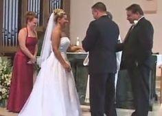 Calça do pai do noivo cai e casal tem ataque de riso no altar - AC Variedades